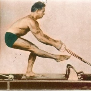 Pilates che usa la sua macchina